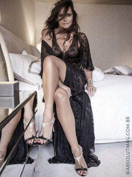 Luiza Brunet linda em ensaio de lingerie