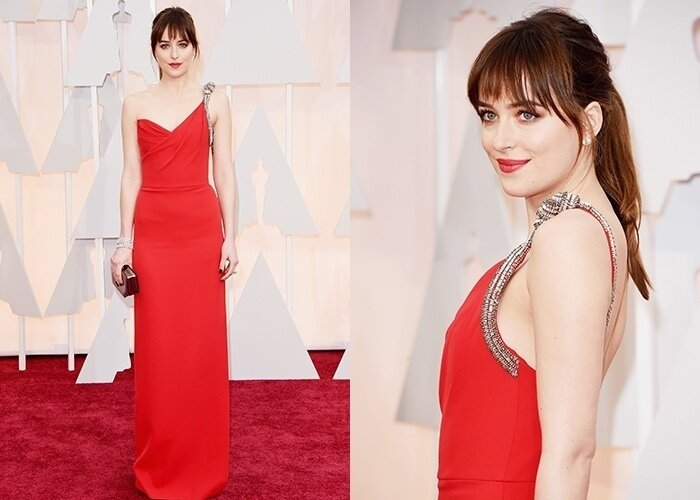 22fev2015---dakota-johnson-a-estrela-do-filme-50-tons-de-cinza-chega-ao-tapete-vermelho-do-oscar-vestindo-um-deslumbrante-vestido-vermelho-saint-laurent-a-atriz-optou-por