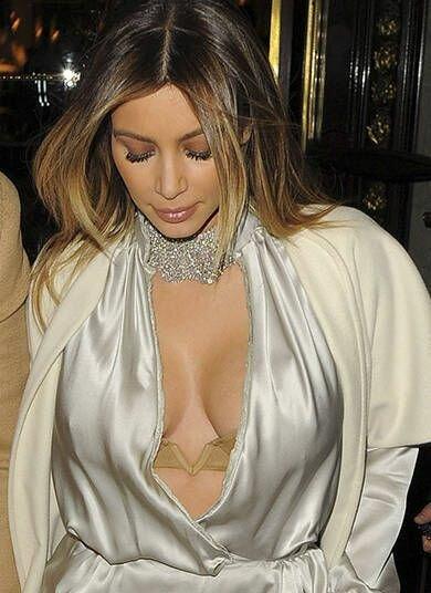 Kim Kardashian de sutiã à mostra