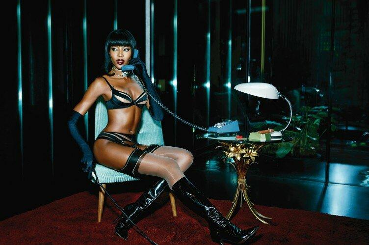 Naomi Campbell aos 44 de lingerie